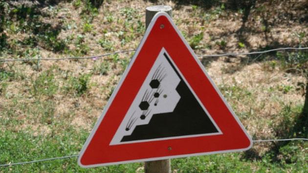 Regarder la route pour éviter un accident de trottinette électrique