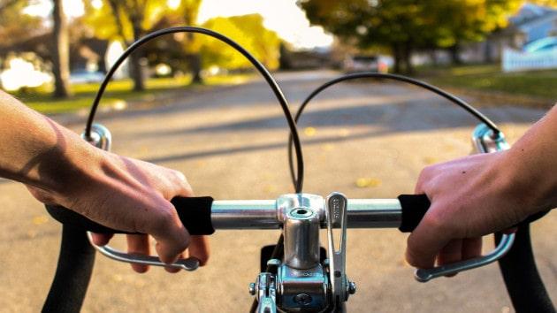 Garder ses deux main pour éviter un accident de trottinette électrique