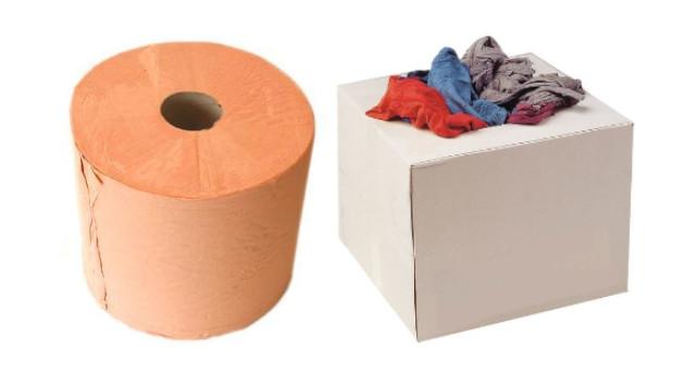 Un rouleau de papier absorbant et un carton de chiffon