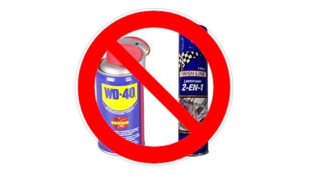 Deux bouteilles de lubrifiants avec signe interdit