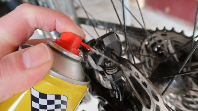 Vaporiser du nettoyant freins sur vos disque vélo