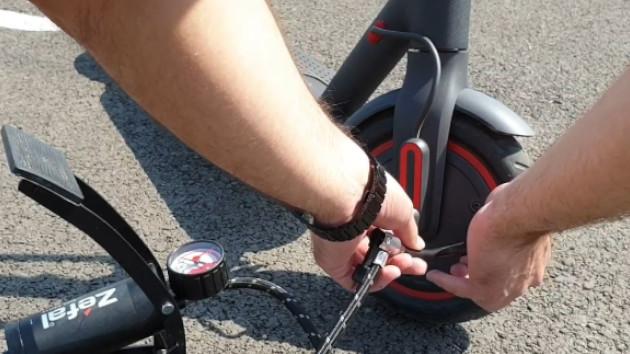 Après le gonflage de vos pneus de trottinette, démontez l'extension de valve et rangez vos outils