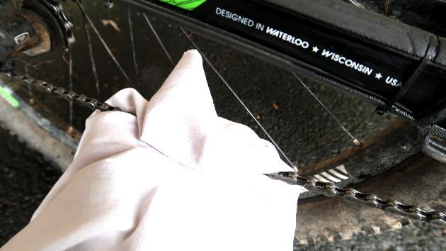 Enlever l'excès d'huile sur votre chaine vélo