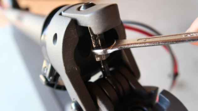 Dévisser l'écrou de réglage de votre crochet de pliage