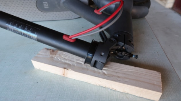Trottinette électrique Xiaomi M365 couché sur un établi