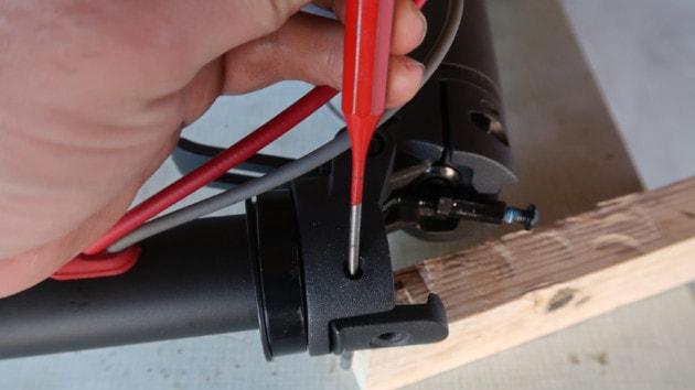 Mise en place du chasse goupille dans le crochet de pliage