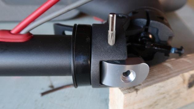 Insérer votre nouveau lock renforcé Xiaomi Mi M365 / Pro / Pro 2 / Scooter Lite / Essential dans le potence de votre trottinette