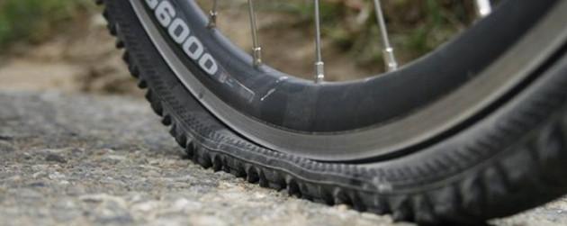 La pression des pneus VTT est une question d'équilibre, trop de pression vous perdez de l'adhérence, pas assez de pression vous pincez votre pneu et vous crevez !