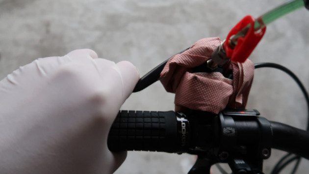 Mécanicien actionnant le levier de frein Magura Julie pour chasser les bulles