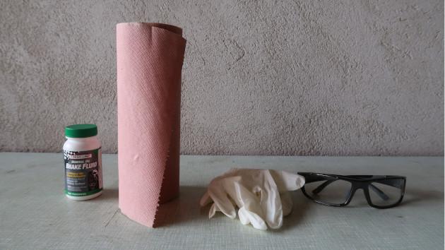 Consommables: Huile de frein VTT - rouleau de papier absorbant - lunette de protection - gant latex