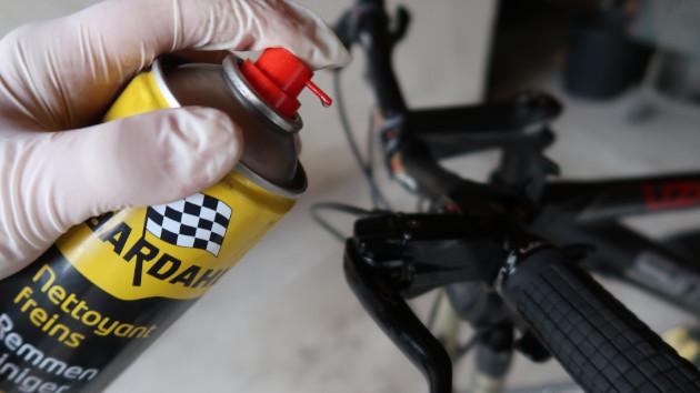 Mécanicien nettoyant ses freins après sa purge frein Magura