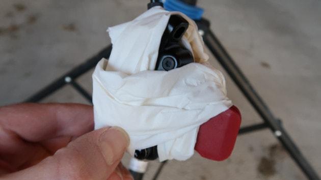 Protection de l'étrier NUTT à l'aide de papier absorbant