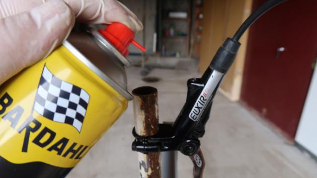 Nettoyage des freins Avid Juicy avec spray