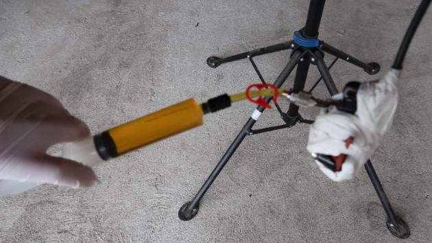 Poussez le piston de la seringue N°2