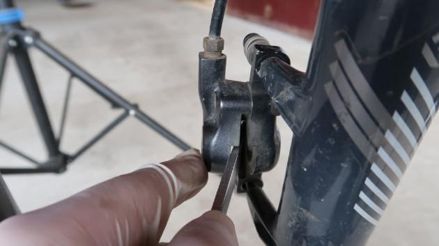 Technicien repoussant les pistons de l'étrier VTT Avid