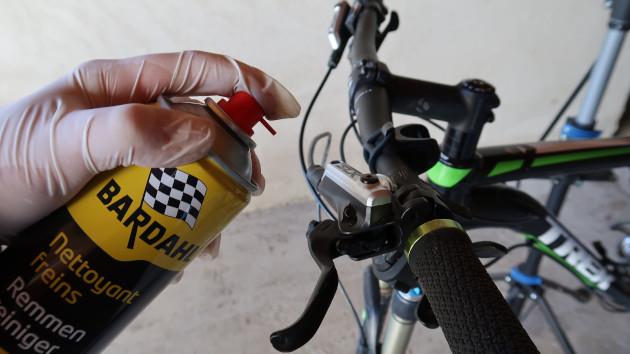 Mécanicien nettoyant ses freins après sa purge frein Shimano