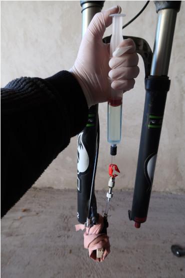 Mécanicien poussant le piston de la seringue