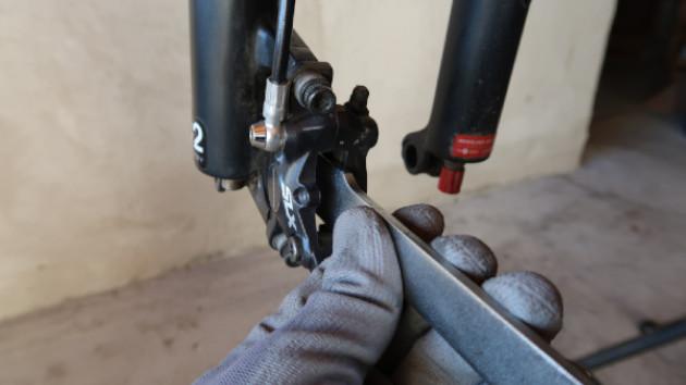 Mécanicien qui pousse ses étriers de frein VTT Shimano Deore