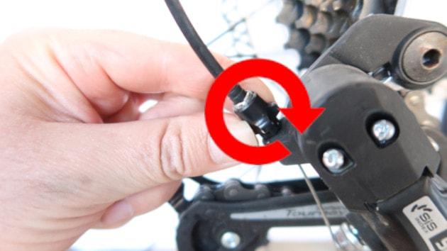 Visser la vis d'indexation de vitesse de votre dérailleur arrière de votre vélo électrique