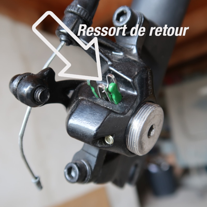 Remontage des plaquettes de frein dans l'étrier de frein Promax 300