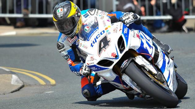 Rider fait une roue avant avec sa trottinette Speedway