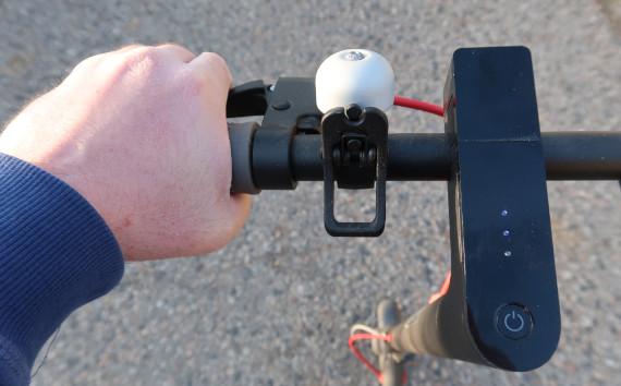 Rider actionnant ses freins sur trottinette Zero 10X