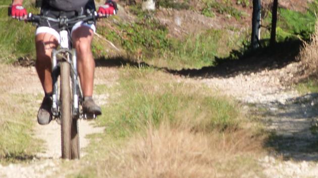Rando VTT avec vélo intersport dans un chemin