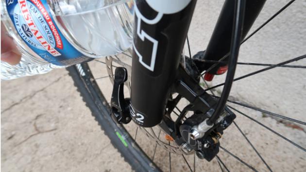 Sportif nettoyant ses etriers de freins VTT Shimano XTR avec de l'eau