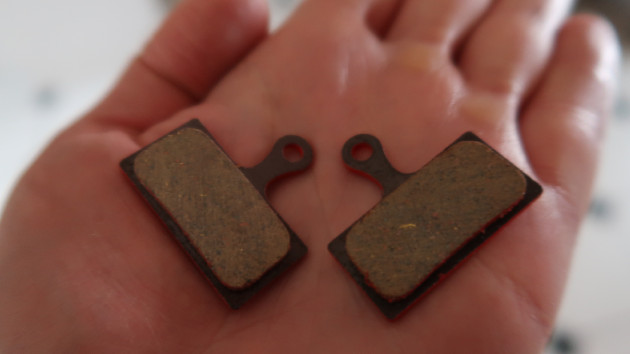 Zoom sur deux plaquettes VTT Shimano Deore dans une main