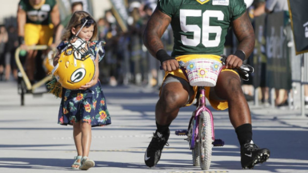 Grande personne sur petit vélo
